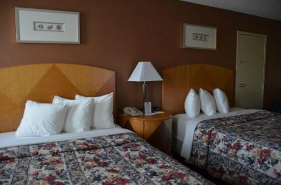 Days Inn Gettysburg : Beds and pillows 
