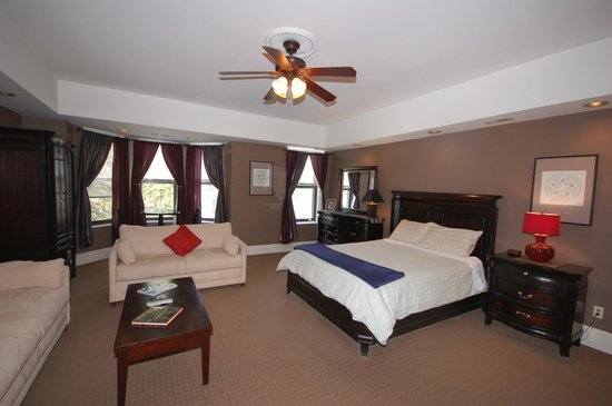 Meridian Manor Bed and Breakfast: Chocolate room, Queen bed, sleeper sofa, private bath