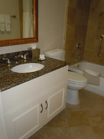 Doubletree by Hilton Hotel Torrance/South Bay: DoubleTree Torrance Bathroom
