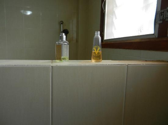 Vansana Vang Vieng Hotel: Used bottles left in the bathroom