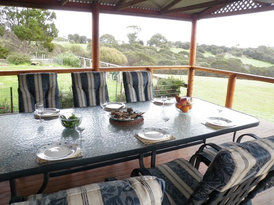 Lathami Lodge: Large Covered Deck overlooking the ocean, spectacular surrounds