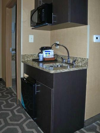Holiday Inn Express Hotel & Suites: Tiny kitchen