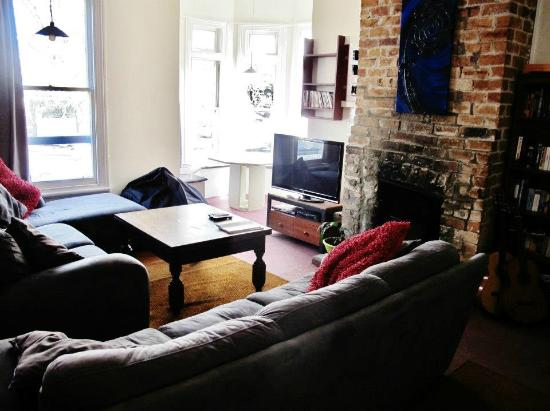 Ponsonby Backpackers: Lovely living room with Sky TV
