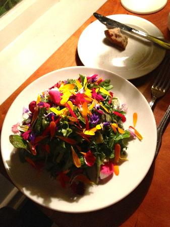 Sooke Harbour House: beautiful salad with lots of flowers!