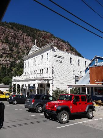 Historic Western Hotel: Street view of the hotel surrounded by 13-14 thousand foot mountains