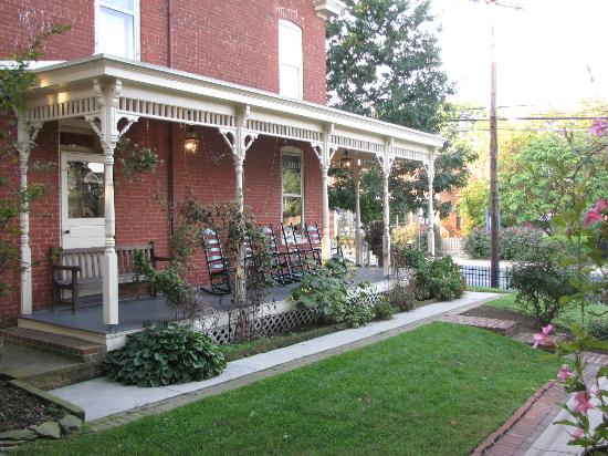 Brickhouse Inn Bed & Breakfast: Porch area