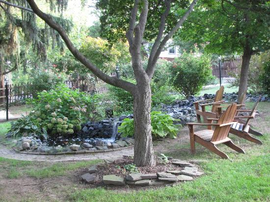 Brickhouse Inn Bed & Breakfast: Back pond area