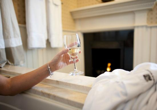 Wentworth Mansion: Total relaxation with a glass of wine and an oversized tub.