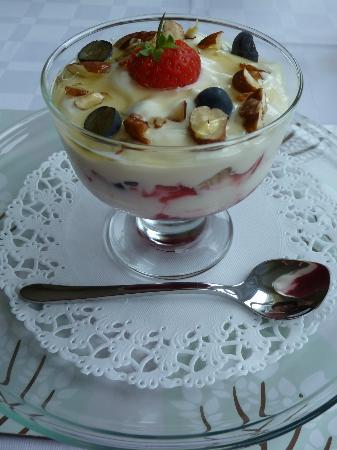 Seven Oaks Guest House: Layers of yoghurt, berries and nuts