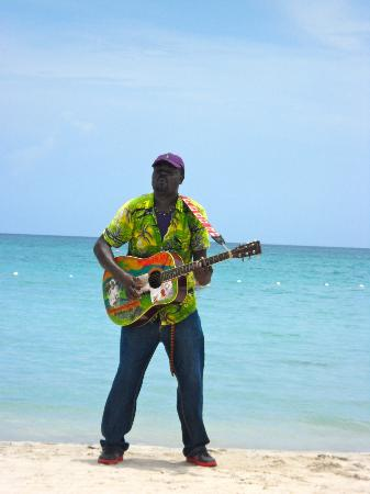 Couples Negril: Beach performer