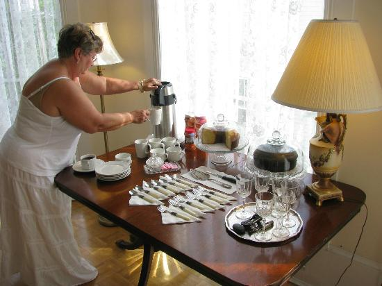 The Confederate House: Guest prepares coffee and cake
