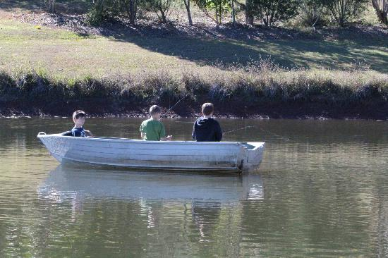 Amamoor, Australia: Kids fishing on the dam
