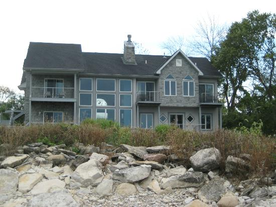 Sun and Surf Bed and Breakfast: Back of house from beach