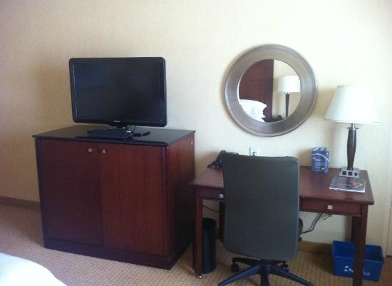 Sheraton Toronto Airport Hotel & Conference Centre: TV and Desk Area