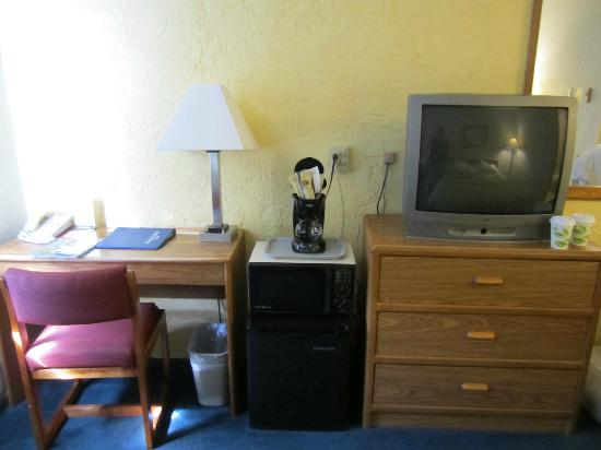 Howard Johnson La Crosse: TV, Microwave & Fridge