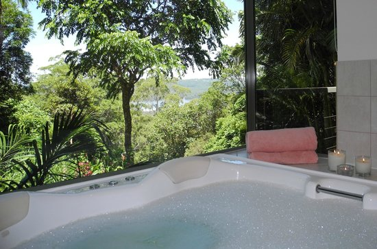 Montville Grove: Spa with a view in Lake Cottage