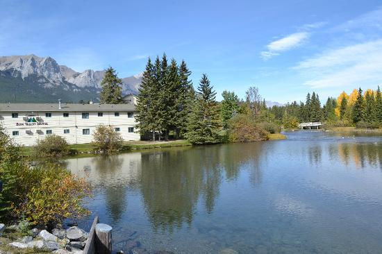 Bow Valley Motel: Fine location
