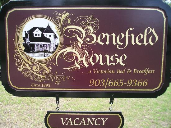 Benefield House Bed & Breakfast: Sign