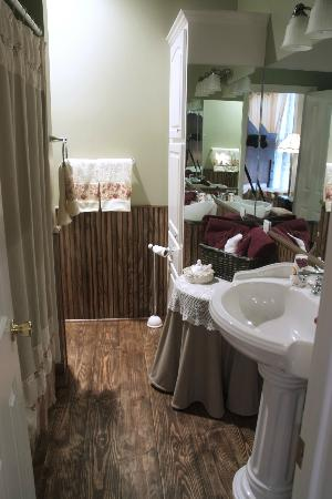 Benefield House Bed & Breakfast: Cardianl BAth