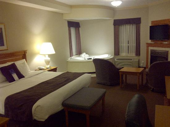 BEST WESTERN Inn On The Bay: Room with Tub and Fire Place
