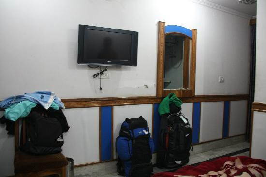 Ajay Guest House: Tv with holes in the wall