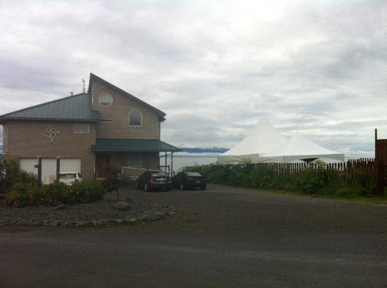 Driftwood Inn & Homer Seaside Lodges: Event tents next to Bluffview Lodge = no quiet