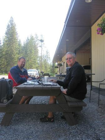 Evergreen Motel: using wifi any enjoying the outdoor view