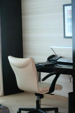 MotorCity Casino Hotel: Desk in the Bedrooms