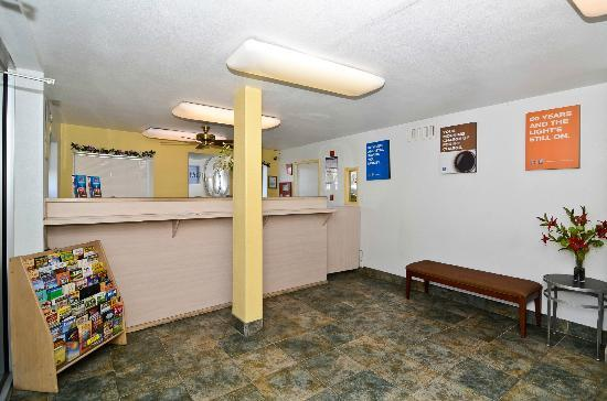 Motel 6 Parker: Reception Desk