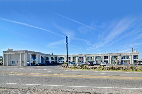 Motel 6 Parker: Exterior