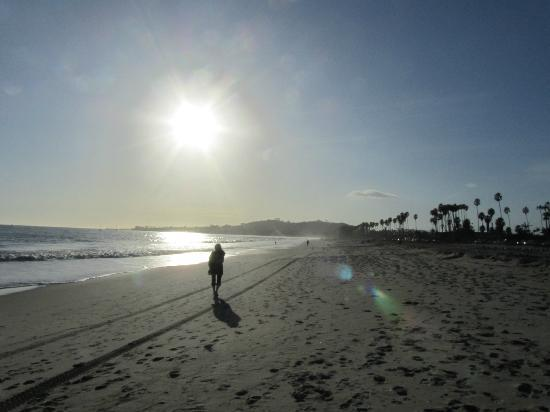 Hyatt Santa Barbara: Walking on the beach just before sunset