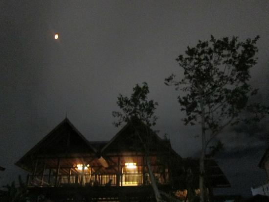 BaanBooLOo Traditional Thai Guest House: BaanBooLoO in the evening