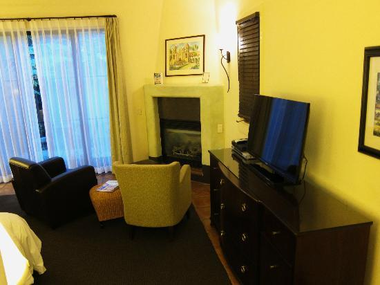 Spanish Garden Inn: sitting area rm12