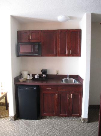Comfort Inn & Suites Airport: Kitchenette.