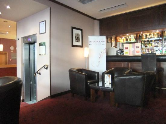 Mercure Paris Tour Eiffel Grenelle: the bar of the hotel and lift up to rooms