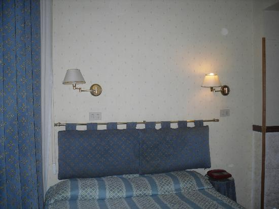 Paris Hotel Rome: Headboard attached to wall not bed!