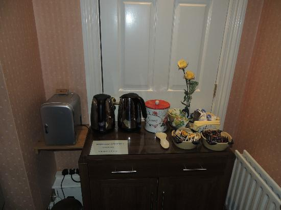 Killarney Lodge: Tea and Biscuits at the ready in the parlor