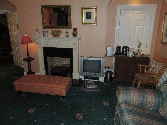 Killarney Lodge: The parlor is cozy and welcoming