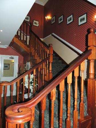 Killarney Lodge: Stairway leads to rooms on upper floor and computer with free internet