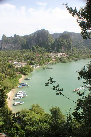 Bhu Nga Thani Resort and Spa: View of Railay East from the viewpoint. You can spot the hotel on the middle left.