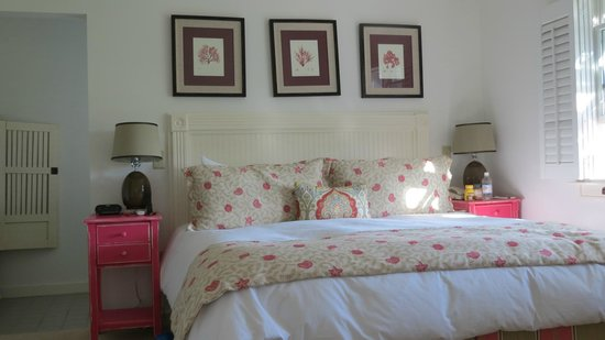 Winnetu Oceanside Resort: Master bedroom at Cape Pogue at Winnetu bedding was incredible