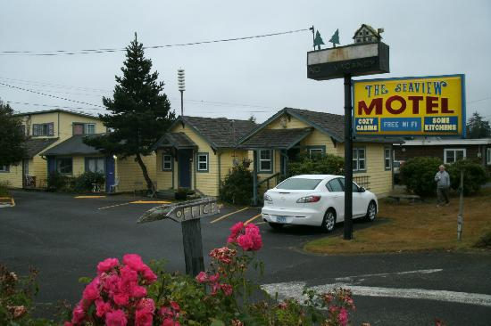 Seaview Motel & Cottages: Seaview Motel (cottage 5 in foreground)
