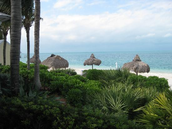 Sunset Key Cottages, A Luxury Collection Resort, Key West: Again this is from our back door to the beach