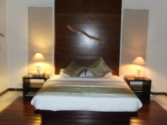 Katala Villas: Bedroom which over looks the pool