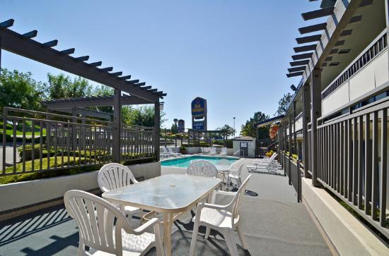 BEST WESTERN Airport Inn: outside patio