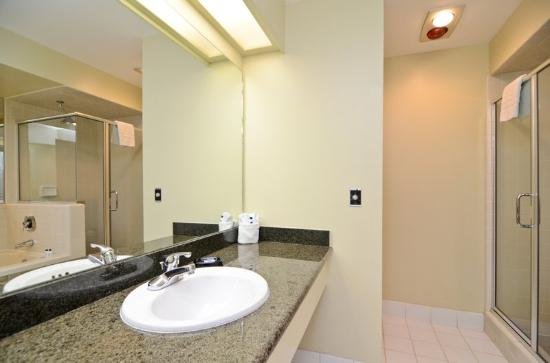 BEST WESTERN PLUS Inn Scotts Valley: Guest Bathroom