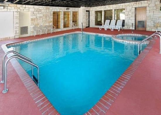Comfort Suites Near Seaworld: Pool