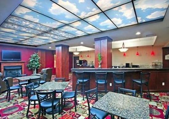 Comfort Suites Greensboro: breakfast seating