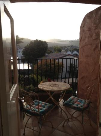 Half Moon Bay Inn: balcony overlooking the restaurant patio, nice and quiet in the morning