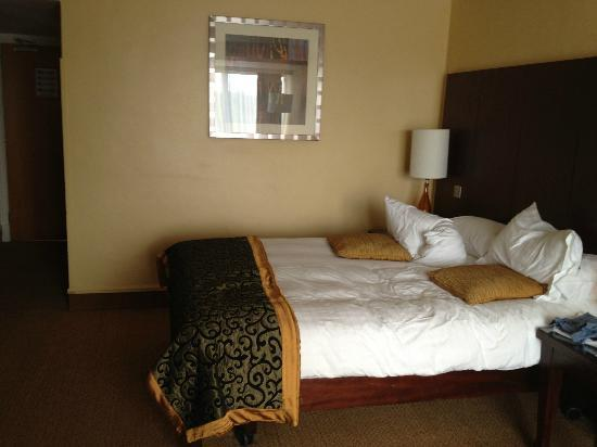 Hilton Templepatrick Hotel &amp; Country Club: DOUBLE BED IN ROOM